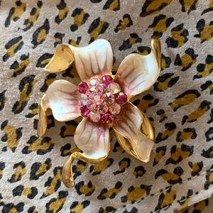 Charming goldtone vintage flower brooch